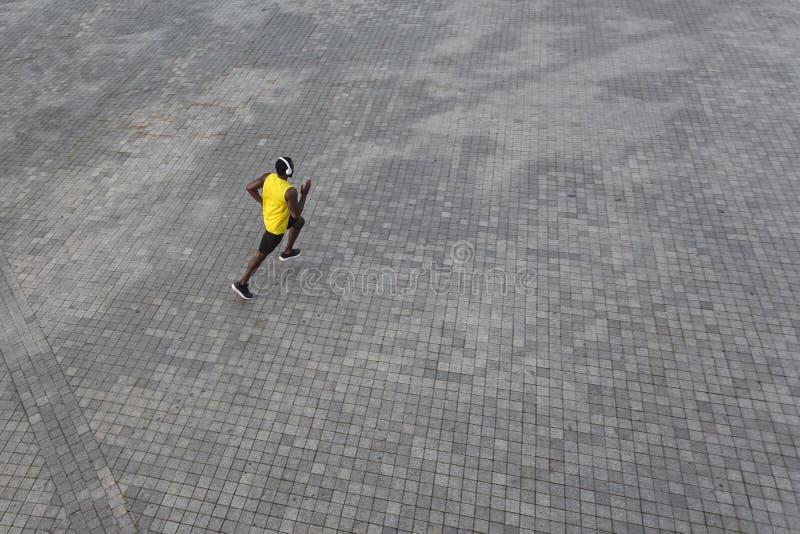 Mening van hierboven Afrikaanse mens die bij de ochtend lopen royalty-vrije stock foto's