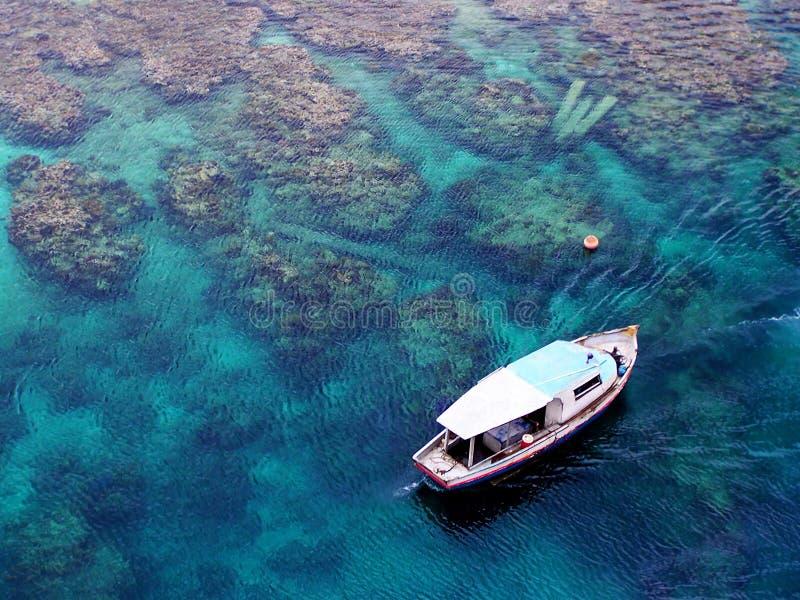 Mening van hierboven van een vissersboot in Caribbeans royalty-vrije stock foto's