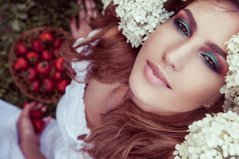 Mening van hierboven van mooie vrouw in witte lichte kleding stock afbeeldingen