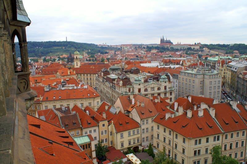 Mening van hierboven over de daken van huizen in Praag, Tsjechische Republiek royalty-vrije stock foto