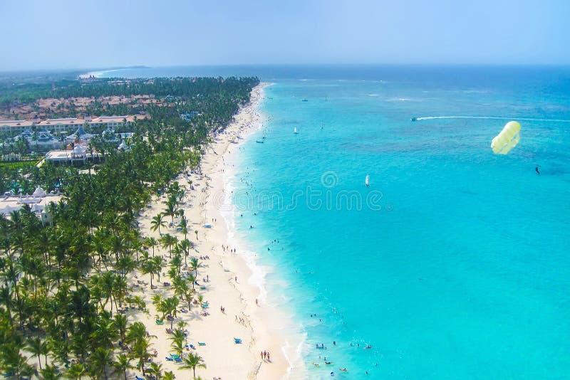 Mening van hierboven van een mooi tropisch strand met palmen royalty-vrije stock afbeelding