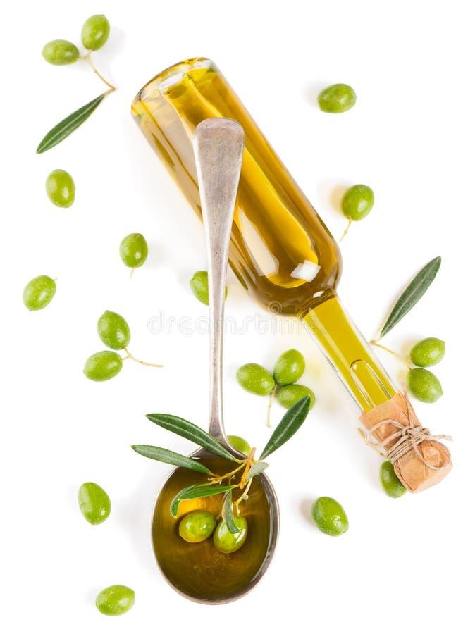 Mening van hierboven van een olijfolie in fles, in een lepel en een ruwe oli royalty-vrije stock foto's