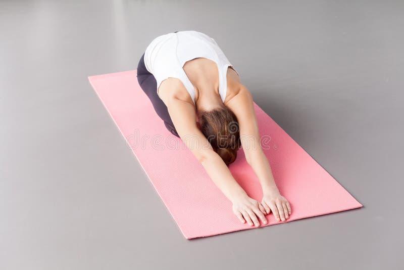Mening van hierboven Vrouw die yoga doet stock fotografie