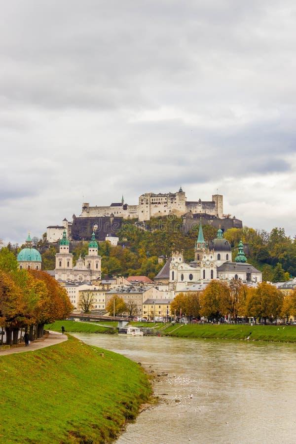 Mening van historische stad van Salzburg over Salzach-rivier, met Fest stock foto