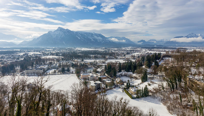 Mening van Hohensalzburg-Kasteel naar de Oostenrijkse kant van Untersberg in de winter, Salzburg, Oostenrijk stock fotografie
