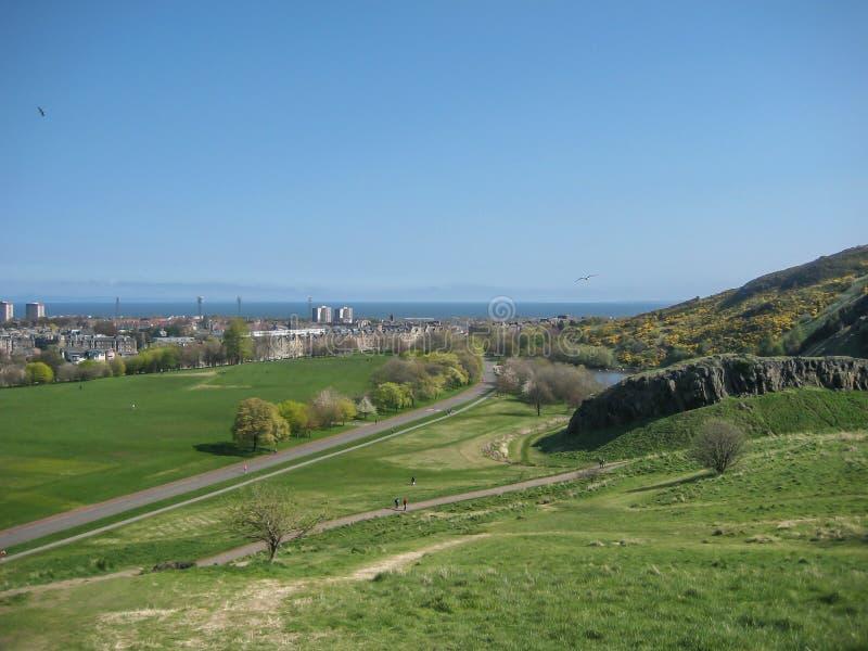 Mening van Holyrood-Park met groene ruimten royalty-vrije stock fotografie