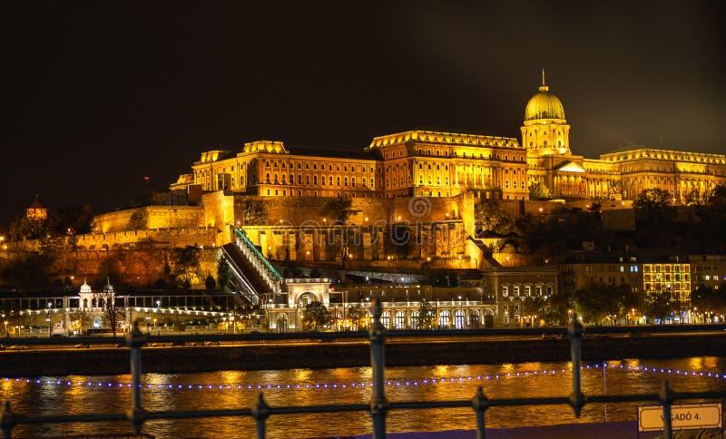 Mening van Hongaars Parlementsgebouw bij nacht in Boedapest, Hongarije royalty-vrije stock fotografie