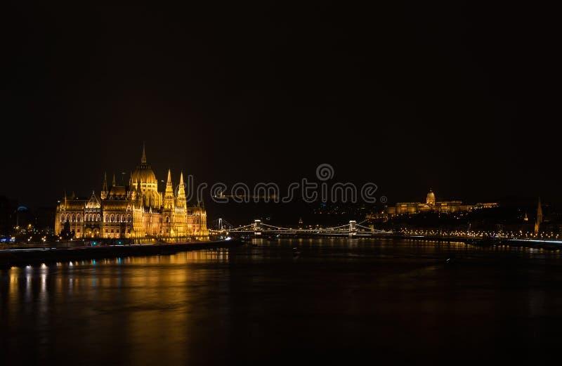 Mening van Hongaars Parlementsgebouw, Royal Palace en de rivier van Donau van de brug van Margit bij nacht stock afbeelding