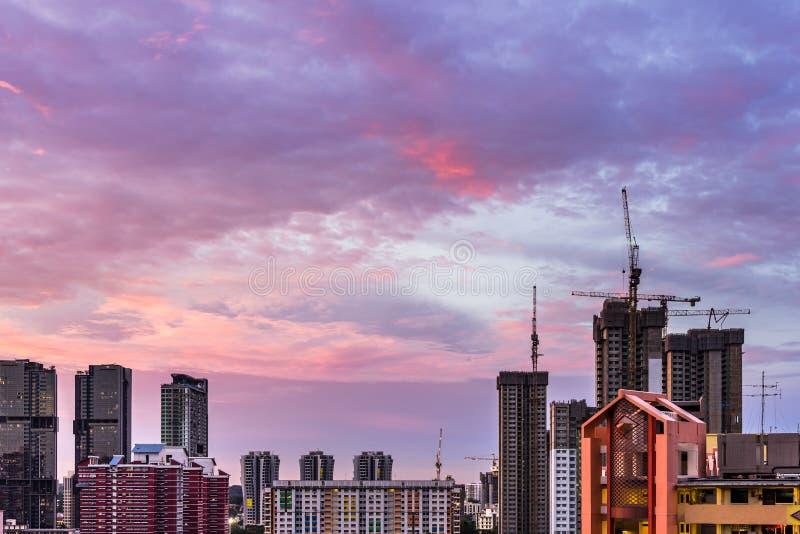 Mening van horizon de Van de binnenstad van Singapore met schemering purpere wolken stock fotografie