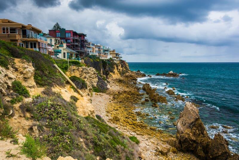 Mening van huizen op klippen boven de Vreedzame Oceaan stock fotografie