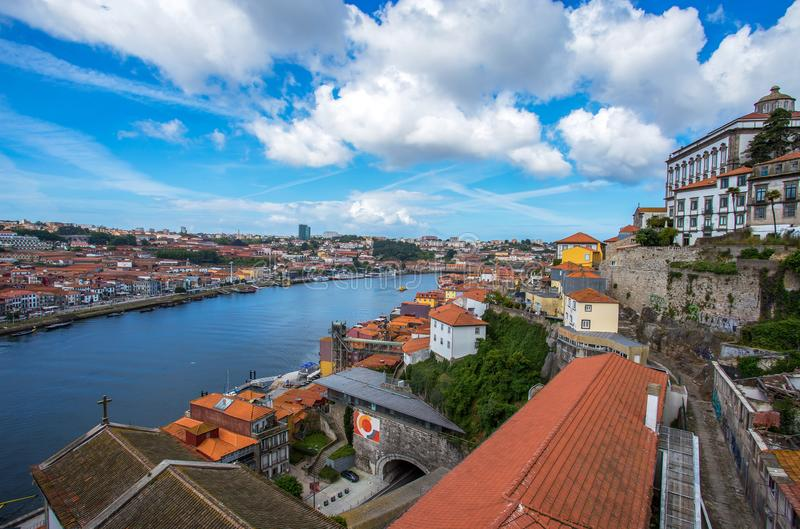 Mening van iconisch Dom Luis I brug die de Douro-Rivier kruisen, stock foto