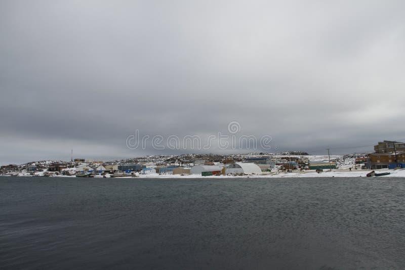 Mening van Kaap Dorset Nunavut, een noordelijke Inuit-gemeenschap in noordpoolcanada royalty-vrije stock fotografie