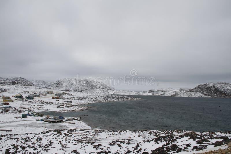 Mening van Kaap Dorset Nunavut met een mening van de bergen en de oceaan, een noordelijke Inuit-gemeenschap royalty-vrije stock afbeelding