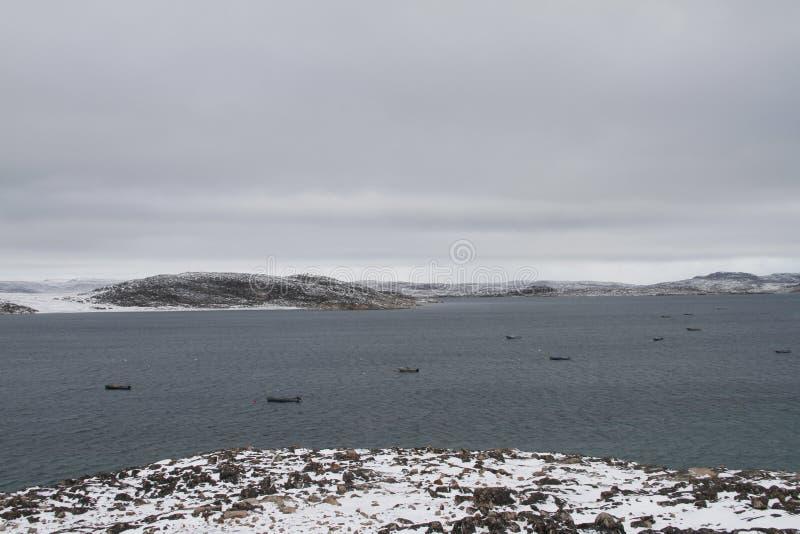 Mening van Kaap Dorset Nunavut met een mening van de oceaan en de boten, een noordelijke Inuit-gemeenschap royalty-vrije stock foto