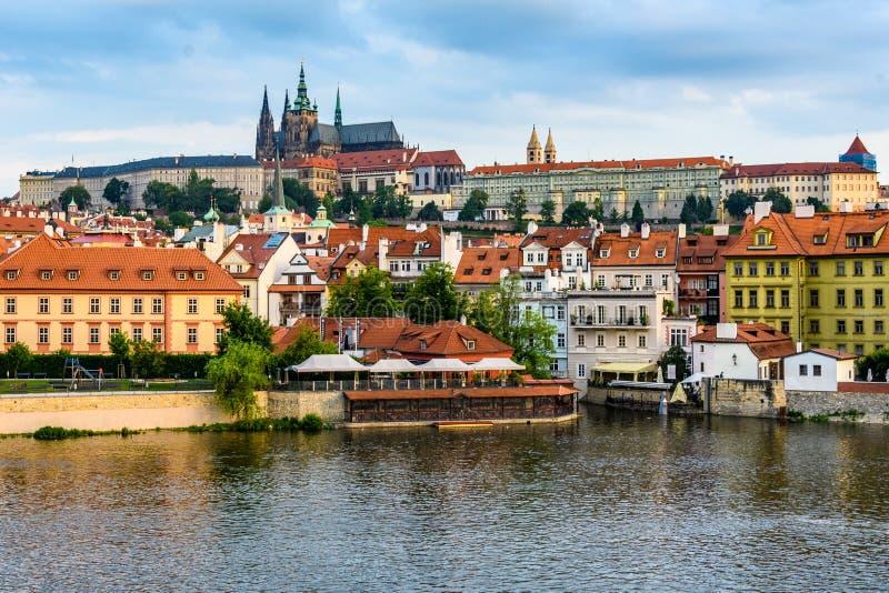 Mening van Kathedraal en Kasteel van Charles Bridge, Tsjechisch Praag, royalty-vrije stock foto