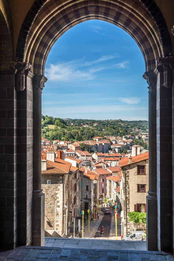 Mening van kathedraal Notre Dame de Puy in Le Puy Engelse Velay - Frankrijk stock foto