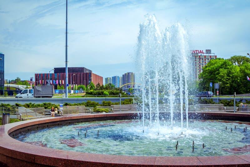 Mening van Katowice-stadscentrum - fontein, park en groene struiken royalty-vrije stock foto
