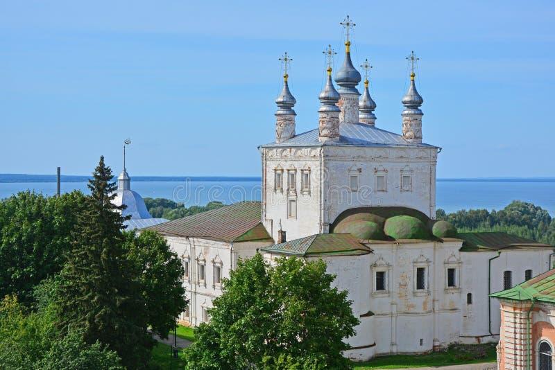 Mening van Kerk van Alle Heiligen van 17de eeuw van belltower in Goritsky-Klooster van Dormition in pereslavl-Zalessky, Rusland stock fotografie