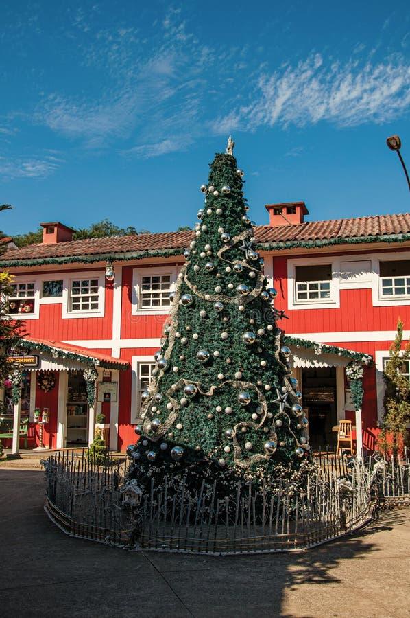 Mening van Kerstboom en blokhuis op zonnige dag in Penedo royalty-vrije stock foto's