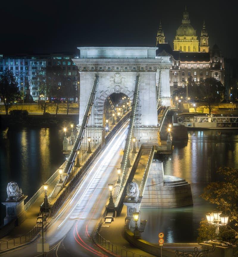 Mening van Kettingsbrug bij nacht, Boedapest, Hongarije stock foto
