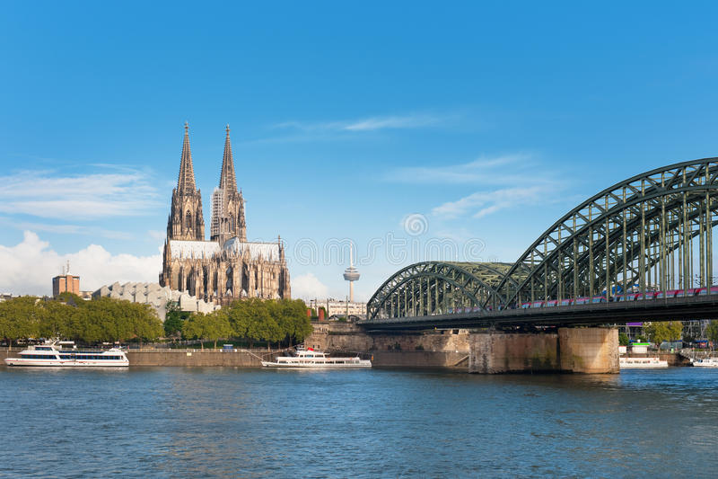Mening van Keulen over de Rijn stock fotografie