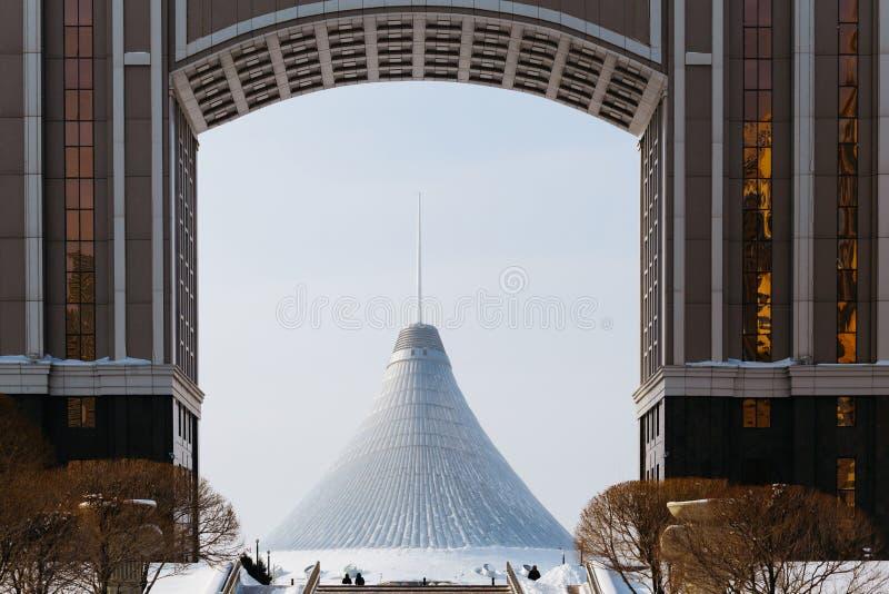 Mening van Khan Shatyr door het bureau van het bedrijf en het Park van Liefde in Astana, Kazachstan royalty-vrije stock afbeelding