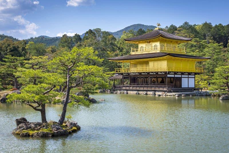 Mening van Kinkaku -kinkaku-ji (Tempel van het Gouden Paviljoen) in Kyoto, Japan royalty-vrije stock foto's