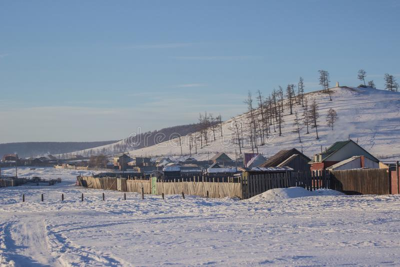 Mening van klein lokaal dorp en bosberg in de winter in Khovsgol in Mongolië stock foto