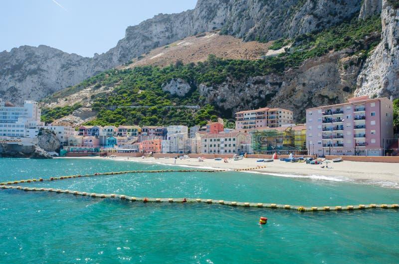 Mening van klein visserijdorp en zandig strand bij Catalaans Baaila Caleta Brits Gebied overzee van Gibraltar stock foto's