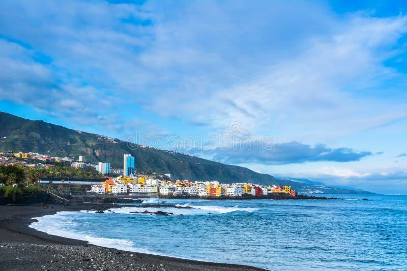 Mening van kleurrijke huizen van Punta Brava van strand Jardin in Pue stock afbeelding