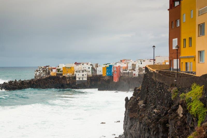 Mening van kleurrijke huizen van Punta Brava van strand in Puerto de la Cruz, Tenerife stock foto's