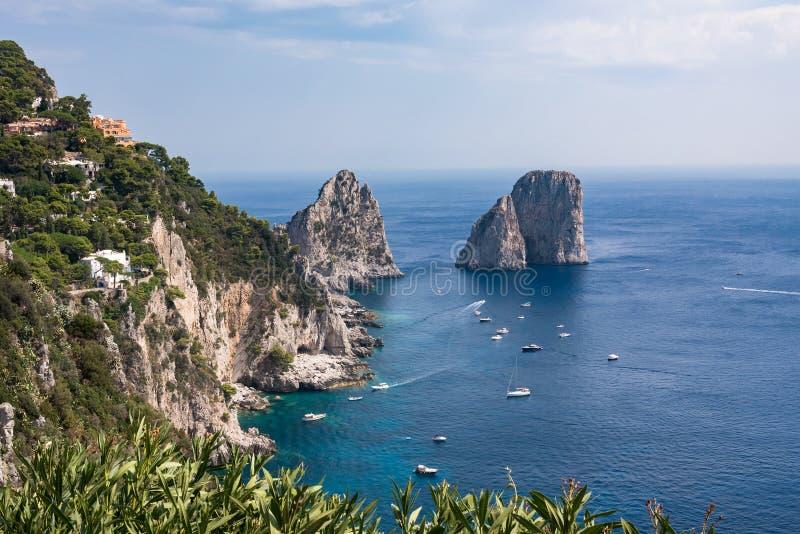 Mening van klippenkust van Capri-Eiland met beroemde faraglionirotsen royalty-vrije stock foto's