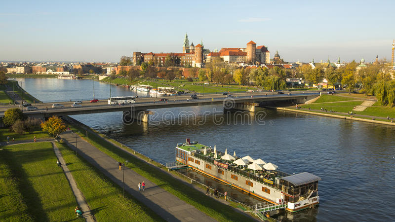 Mening van Koninklijke Wawel-kasteel en Vistula-rivier stock foto