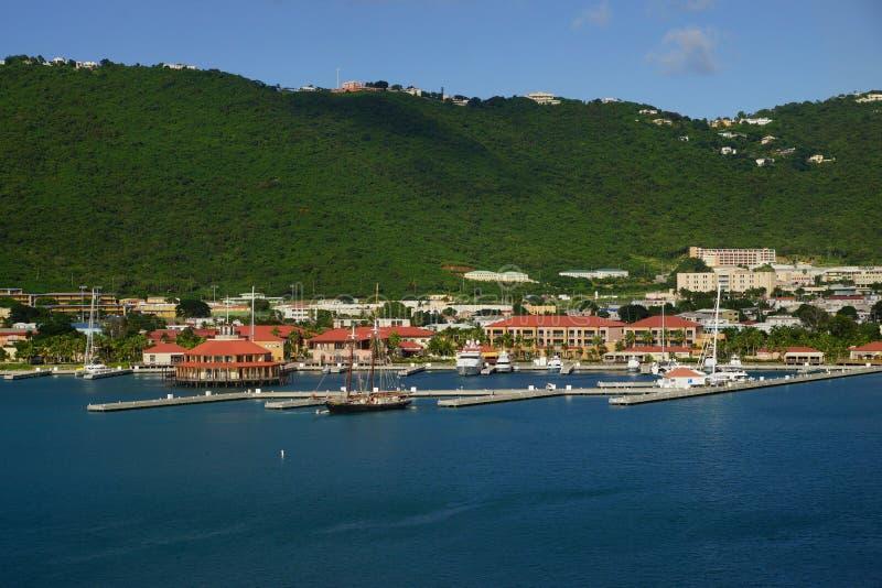 Mening van Lange Baai, Charlotte Amalie, St Thomas met gedokte jachten in een heldere zonnige dag royalty-vrije stock afbeelding