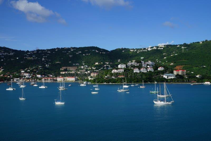 Mening van Lange Baai, St Thomas eiland, de Maagdelijke Eilanden van de V.S. van water met veelvoudige jachten en boten op de voo royalty-vrije stock foto's