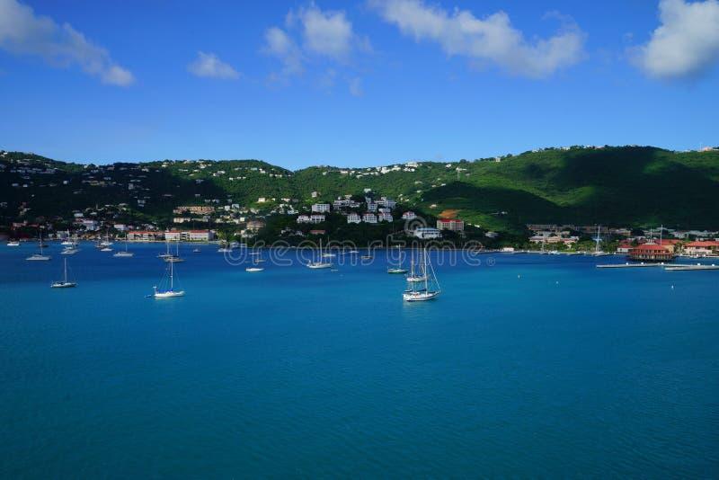 Mening van Lange Baai, St Thomas eiland, de Maagdelijke Eilanden van de V.S. van water met veelvoudige jachten en boten op de voo royalty-vrije stock fotografie