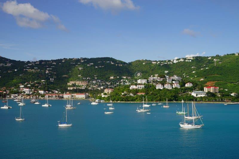 Mening van Lange Baai, St Thomas eiland, de Maagdelijke Eilanden van de V.S. van water met veelvoudige jachten en boten op de voo stock foto's
