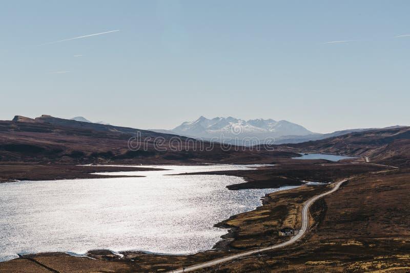 Mening van Loch Leathan en het de omgeving van ` s van de Oude Mens van Storr-trek, Eiland van Skye, Schotland royalty-vrije stock afbeelding