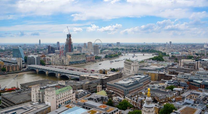 Mening van Londen van hierboven Rivier Theems, Londen van St Paul Kathedraal, het UK royalty-vrije stock fotografie