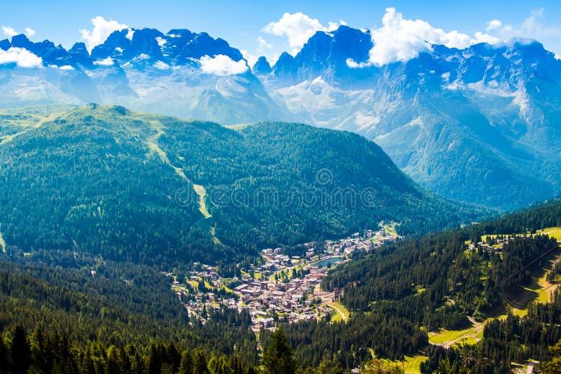 Mening van Madonna di Campiglio, een stad in Trentino, Italië royalty-vrije stock afbeelding