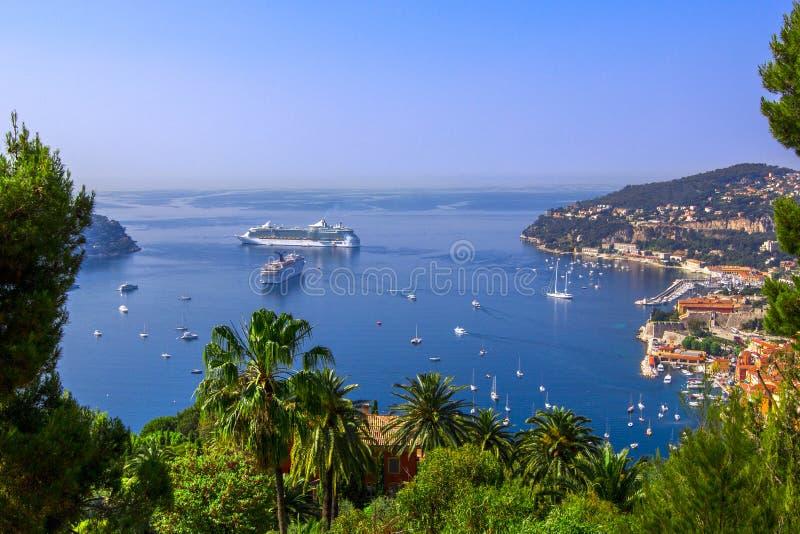 Mening van Mediterrane luxetoevlucht en baai met jachten Nice, Kooi D ` Azur, Frankrijk Franse Riviera - turkooise overzees en pe royalty-vrije stock foto