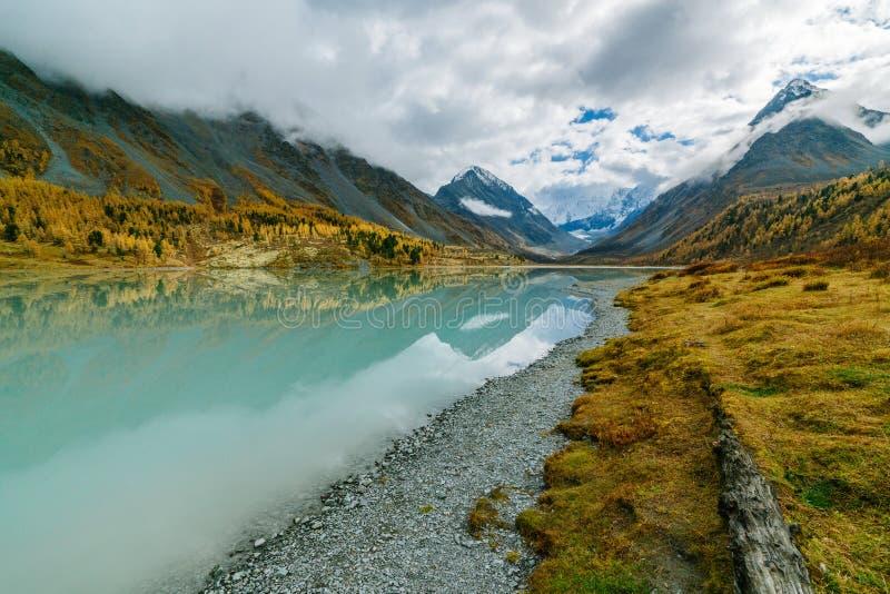 Mening van meer Akkem op berg Belukha dichtbij raad tussen Rusland en Kazachstan tijdens de gouden herfst stock foto