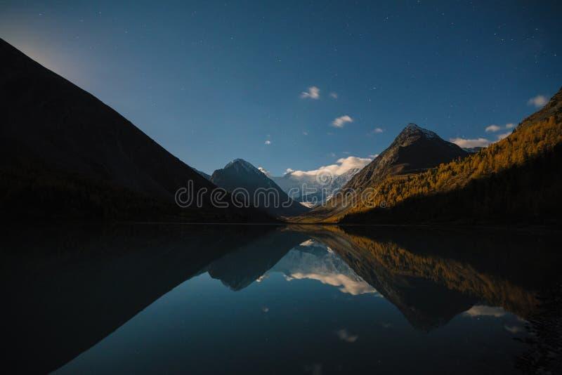 Mening van meer Akkem op berg Belukha dichtbij raad tussen Rusland en Kazahstan tijdens de gouden herfst royalty-vrije stock fotografie