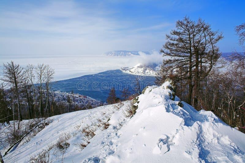 Mening van Meer Baikal en de bron van Rivier Angara stock afbeelding