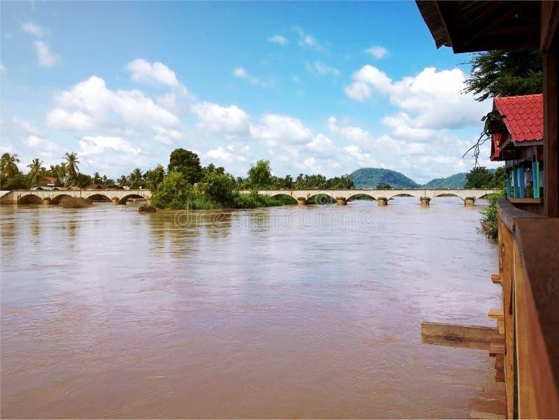 Mening van Mekong Rivier en brug tussen Don Det en Don Khone royalty-vrije stock foto's