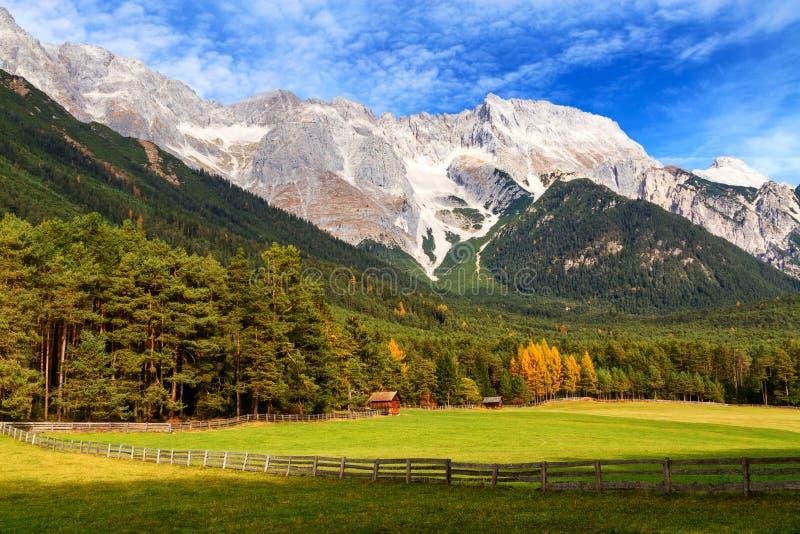 Mening van Mieminger-Plateau met hoge bergketen op de achtergrond, Oostenrijks landschap, Tirol stock fotografie
