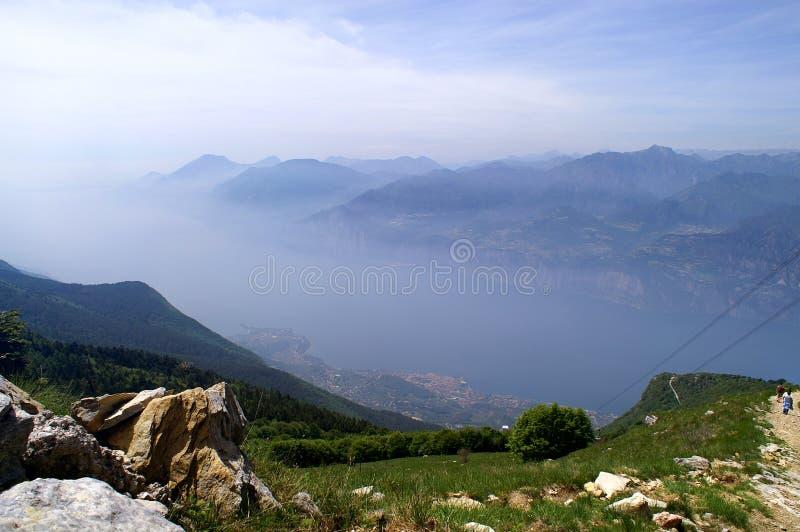 Mening van Monte Baldo aan Meer Garda, de stad van Malcesine en t royalty-vrije stock afbeelding