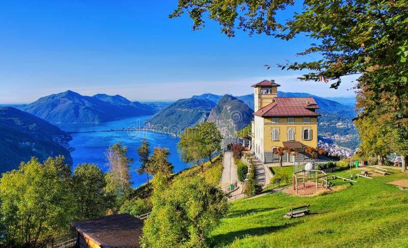 Mening van Monte Bre aan Meer Lugano en Monte San Salvatore stock fotografie