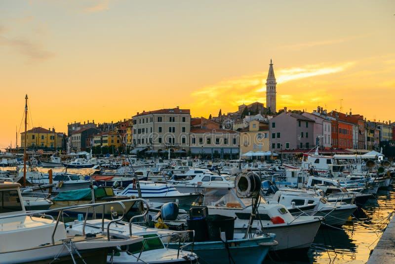 mening van mooie oude stad Rovinj in Kroatië op zonsondergang royalty-vrije stock foto's