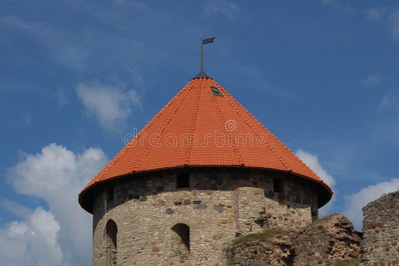Mening van mooie ru?nes van oud Livonian-kasteel in oude stad van Cesis, Letland De zomer stock fotografie